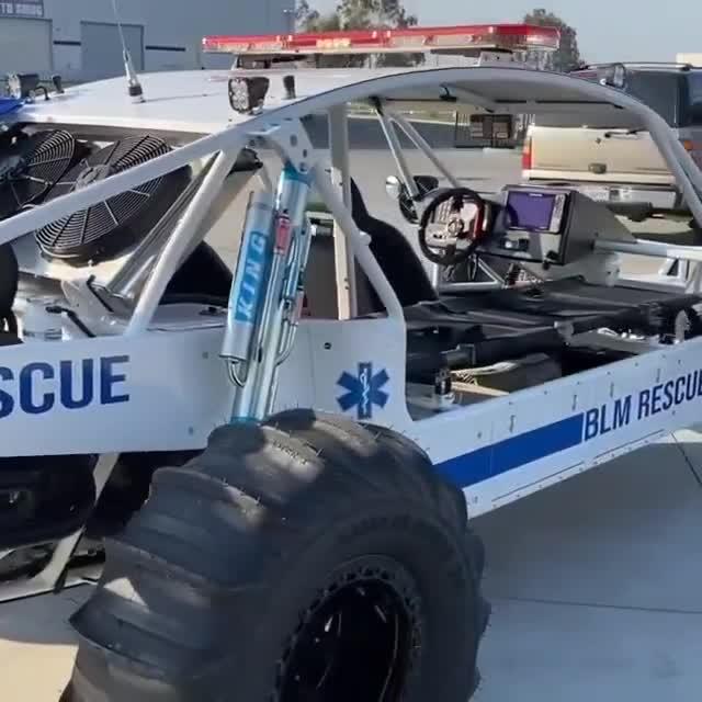 Đây hẳn là chiếc xe cứu hộ chất chơi nhất thế giới