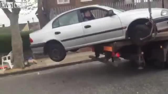 Người đàn ông cố gắng thoát khỏi xe cẩu của cảnh sát và cái kết không tưởng