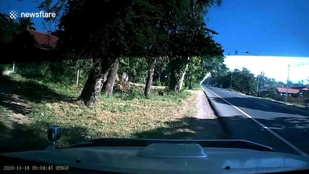 Đang chạy xe, tài xế hoảng hốt khi người đàn ông bỗng dưng băng ra giữa đường