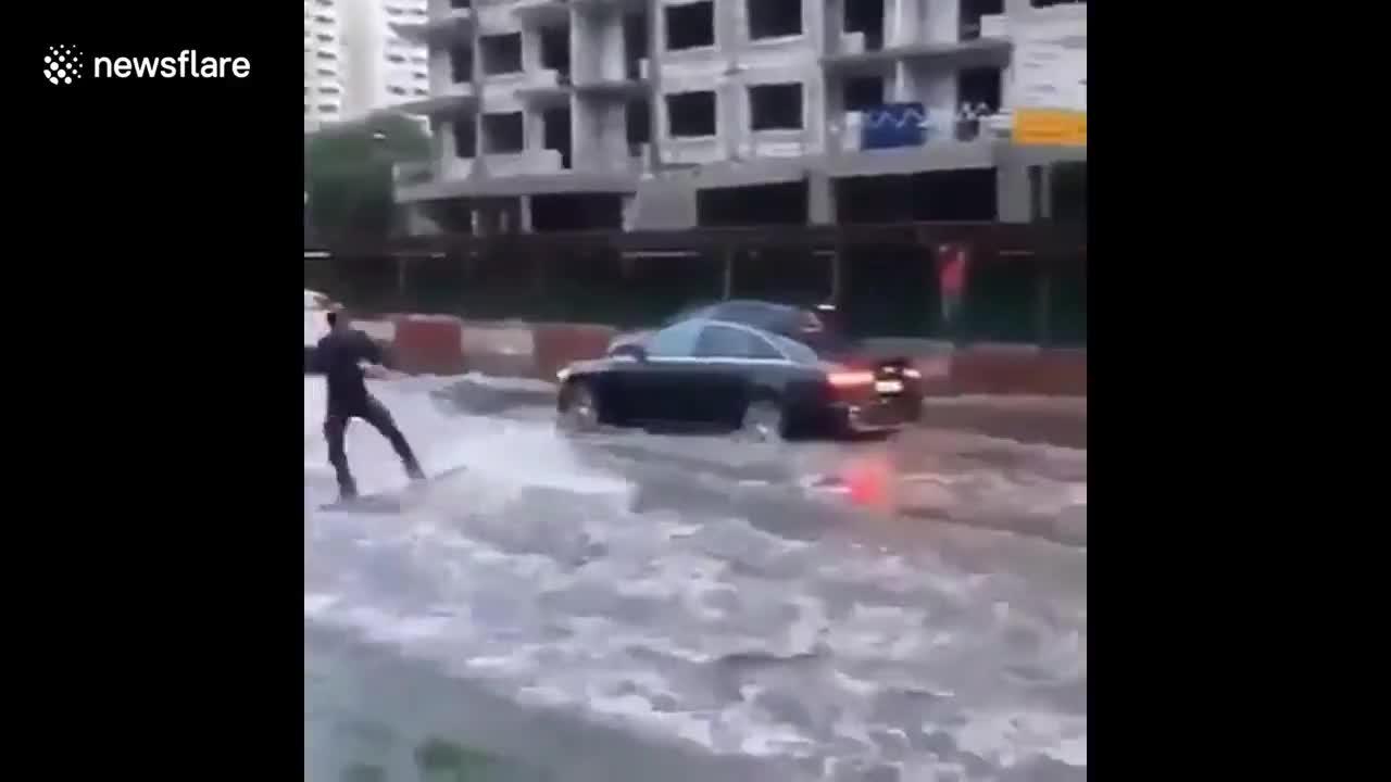 Đường ngập, nam thanh niên nhờ bạn lái Hummer rồi lướt sóng giữa đường phố