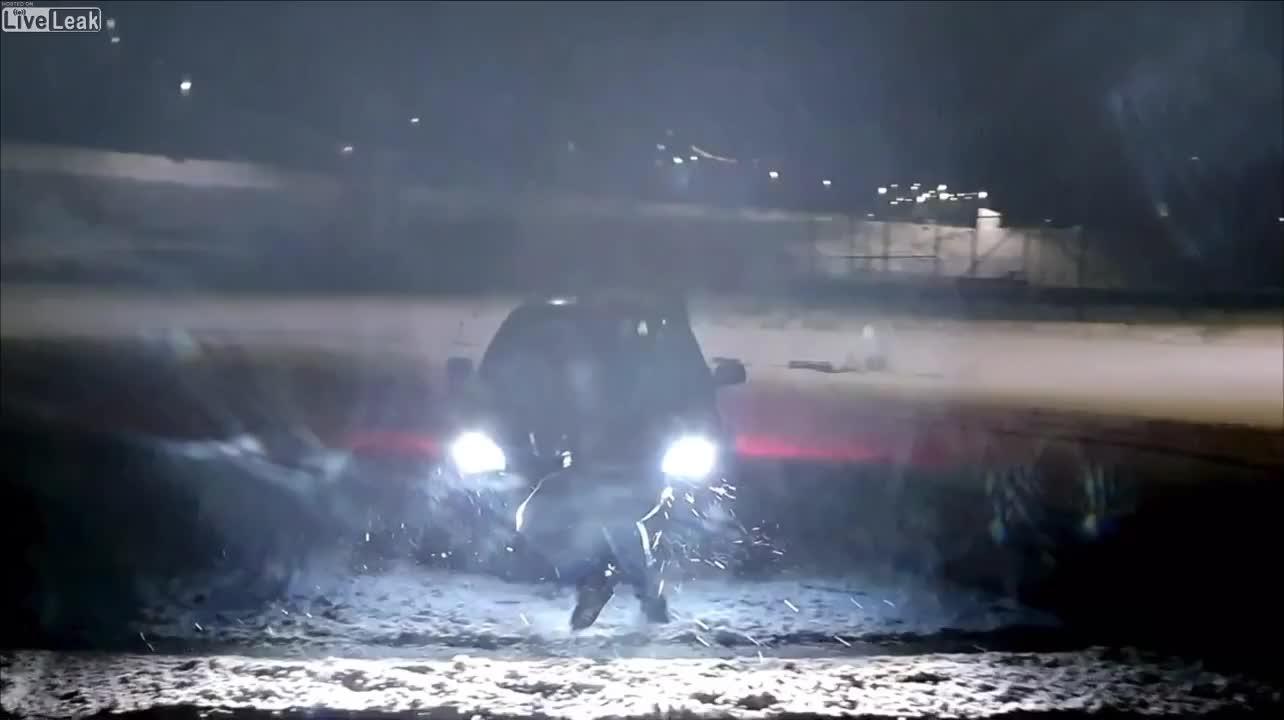 Đang drift trên tuyết, ô tô đâm trúng người đàn ông đang quay phim