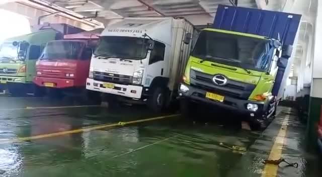 'Thót tim' với cảnh xe tải đổ nghiêng ngả khi đi qua sông bằng phà trong bão lớn