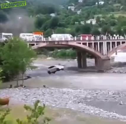 Màn hạ cánh như phim của chiếc ô tô nhỏ khi gặp tai nạn