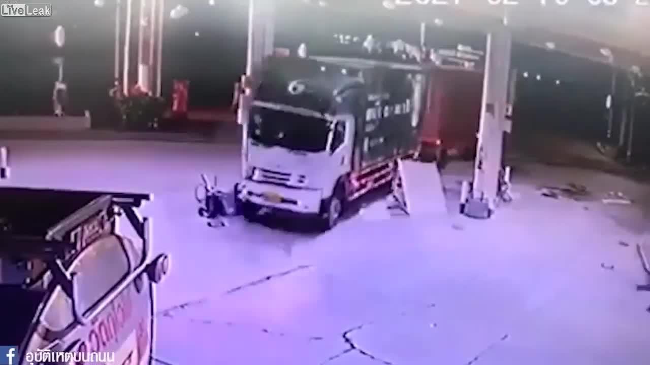 Tranh nhau vào trạm đổ xăng, 2 xe container nhận cái kết thảm