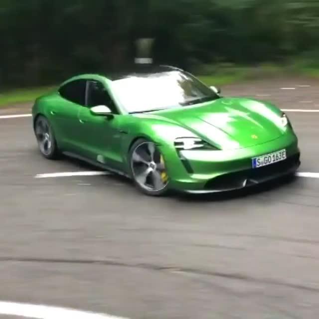 Khi xe điện Porsche Taycan thể hiện khả năng Drift không khác xe xăng bình thường