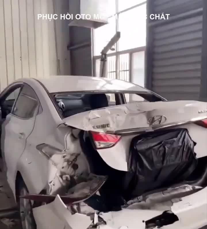 Tròn mắt xem thợ phục hồi Hyundai Elantra bị vò nát sau tai nạn