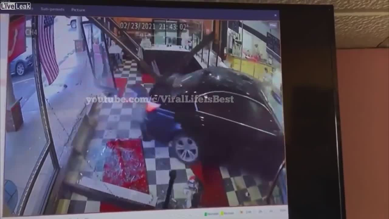 Mất kiểm soát, chủ xe BMW san bằng tiệm tạp hoá trong tích tắc