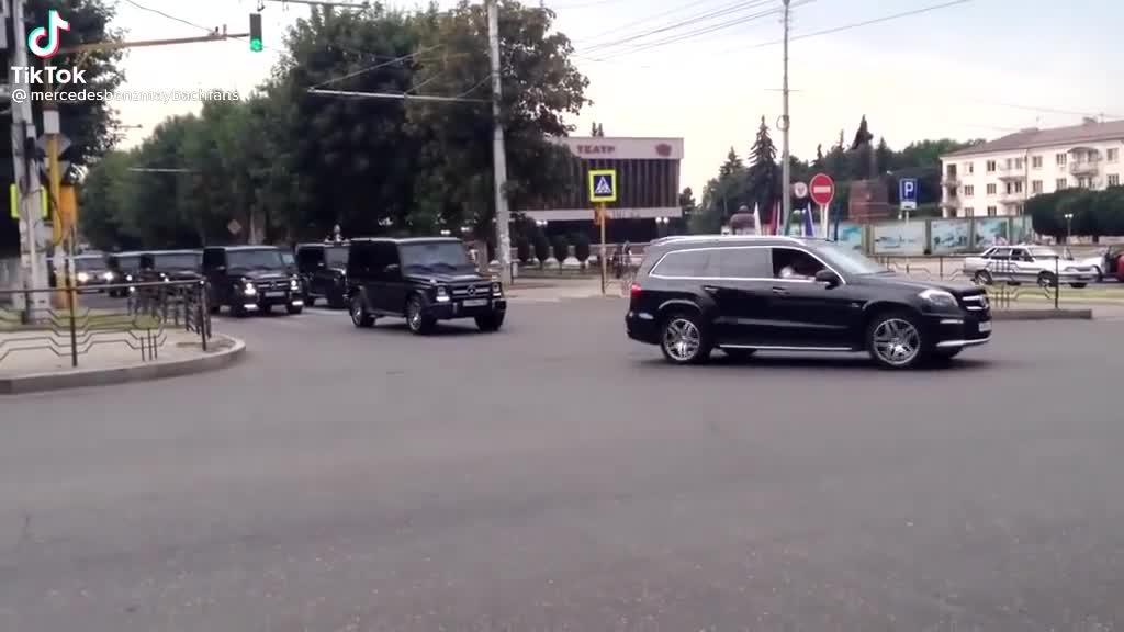 Choáng với dàn hàng chục chiếc Mercedes-Benz G-Class màu đen nối đuôi nhau