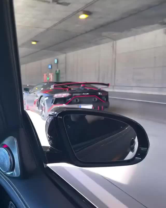 'Điếc tai' với hệ thống ống xả của Lamborghini Aventador SVJ