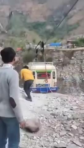 Màn xe bus qua vực bá đạo tại Pakistan