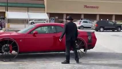 Chẳng ai ngờ một chiếc Dodge mạnh mẽ lại có thể chạy bằng vành như vành... xe đạp