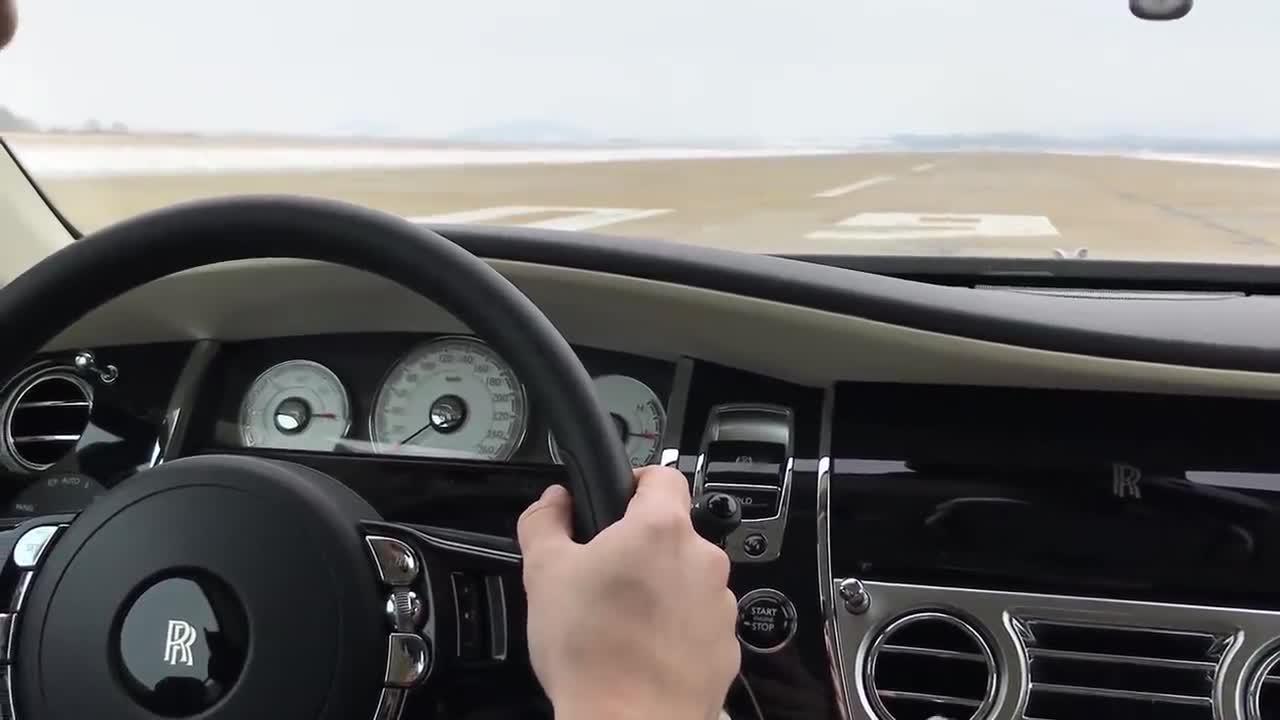 Rolls-Royce Wraith vẫn êm 'ru' khi xe tăng tốc tới 250km/h
