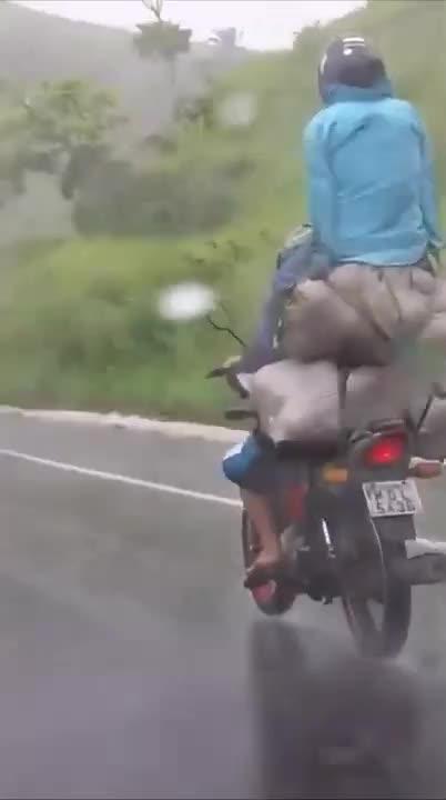 Đùa giỡn với tử thần khi ngồi cheo leo trên xe máy