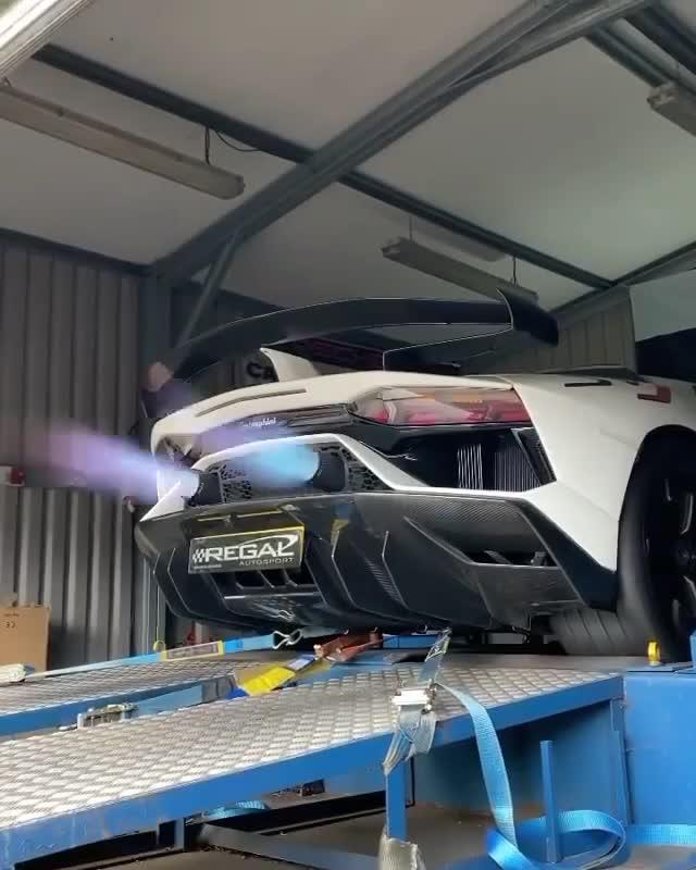 """Lamborghini Aventador SVJ khoe tiếng pô đầy uy lực cùng màn """"khạc lửa"""""""