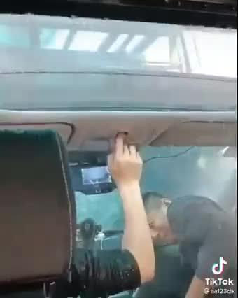 Chủ xe dở khóc dở cười vì quên đóng cửa sổ trời khi đi vào trạm rửa xe tự động