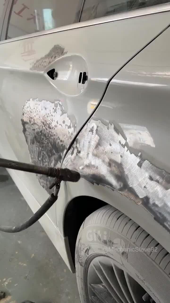 Đây là cách hàn một chiếc BMW bị rách một vết lớn ở cửa