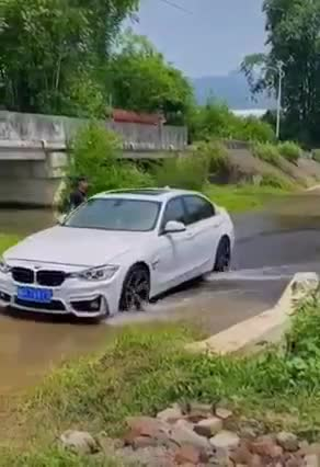 Đây là điều các tài xế cần tránh làm khi đi qua vũng nước lớn