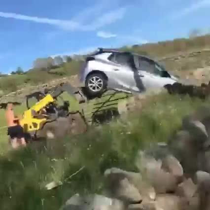 Chắn đường thách thức, chiếc hatchback bị xe chở hàng hất tung
