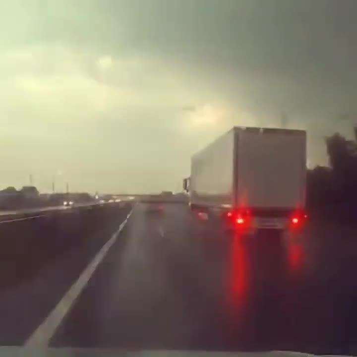 Đang đi trên cao tốc, xe tải bị sét đánh trúng