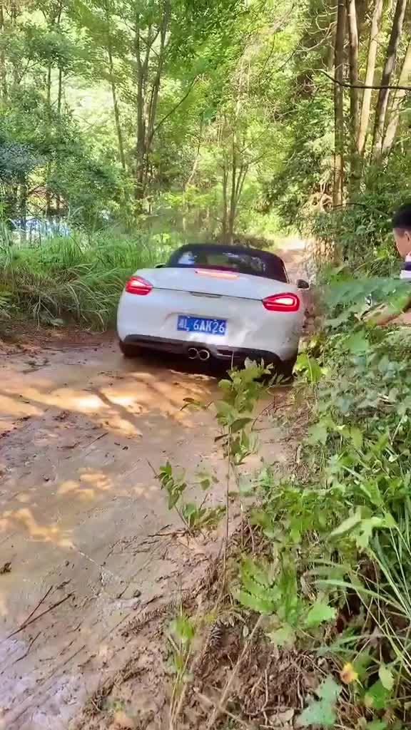 """Kể cả Porsche đi nữa thì gặp đoạn đường này cũng """"mất điện"""""""