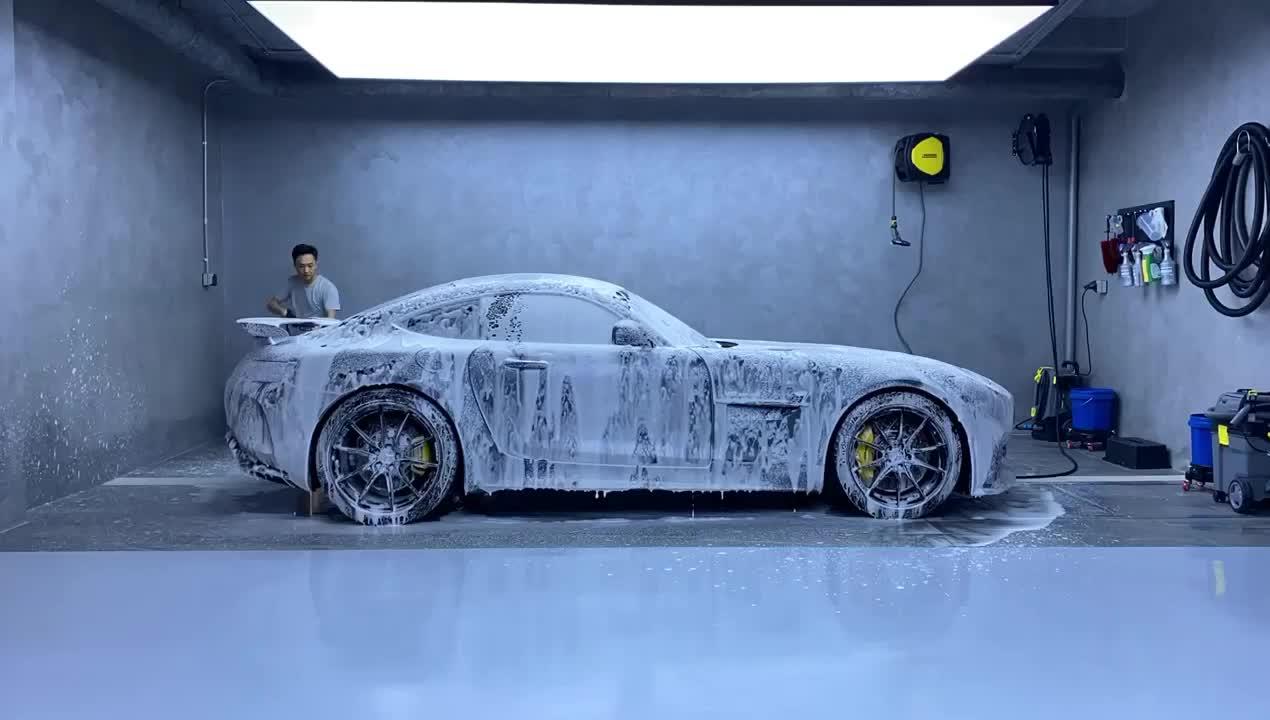 Cường Đô La tự tay rửa xe Mercedes-AMG GT R tại nhà