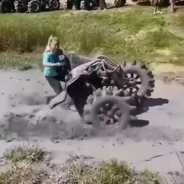 Phi cả chiếc Can-am xuống bùn, hành động sau đó của cô gái khiến khán giả phải bất ngờ
