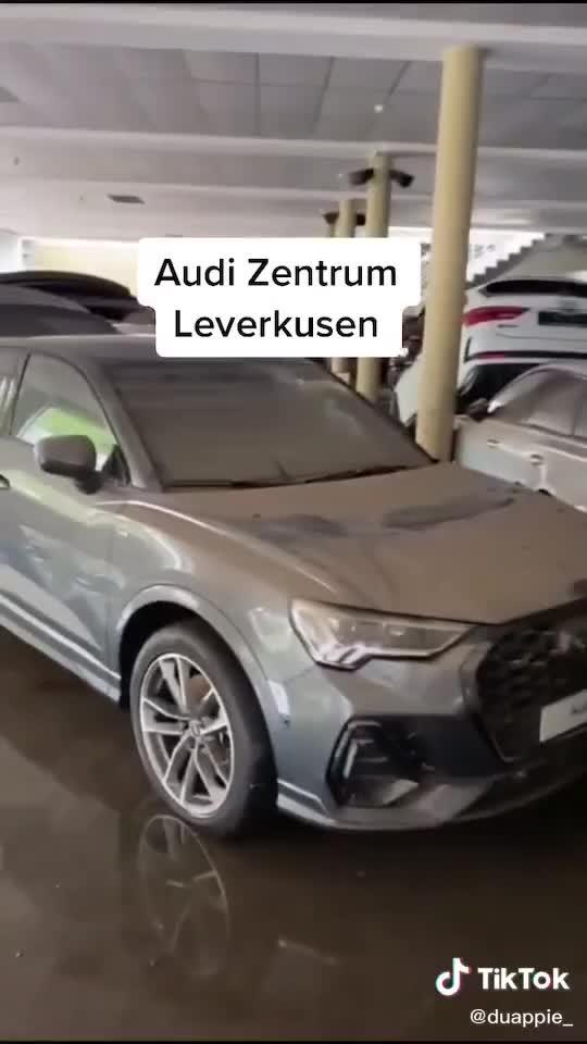 Hàng chục xe sang Audi bị phá hủy tại đại lý sau trận lụt thảm khốc