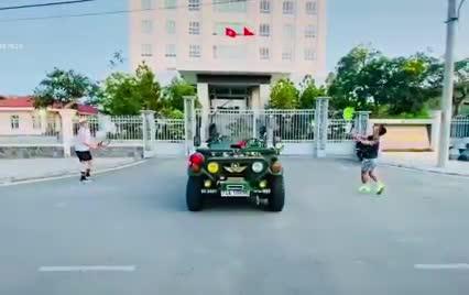 Dân chơi lấy Jeep làm lưới đánh cầu lông