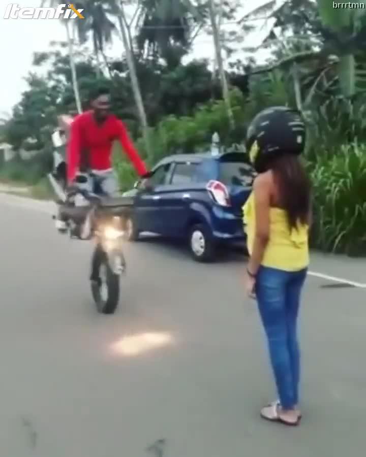 Biểu diễn kỹ thuật stoppie hôn bạn gái, biker ngã nhào về phía trước