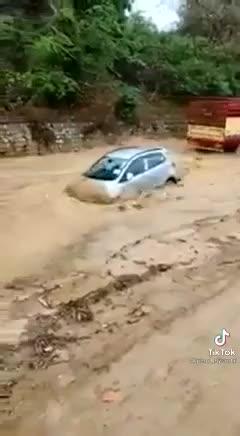 Hyundai Grand i10 lội nước một cách khó tin