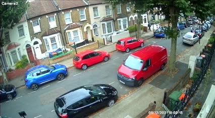 Range Rover cày nát cả khu phố để thoát thân
