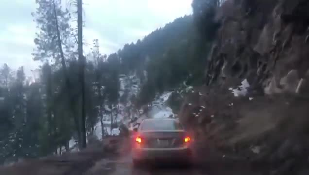 Toyota Corolla rơi xuống vách núi vì lý do tai hại