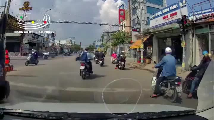 Xe tài thách thức, ép xe máy vì không được quay đầu