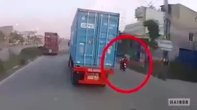 Chạy xe máy tạt đầu container, thanh niên không lường được tai hoạ ngay trước mặt