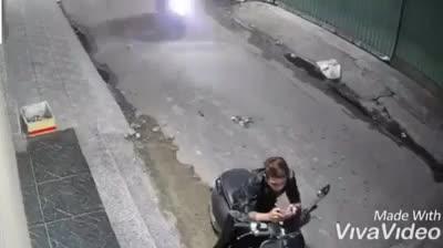 Nam thanh niên bị 2 đối tượng dùng dao khống chế, cướp xe máy trong con hẻm ở sài gòn