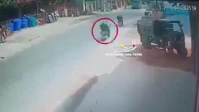 Người đàn ông chạy xe máy tự ngã ra giữa đường, rồi văng trúng đầu xe ben