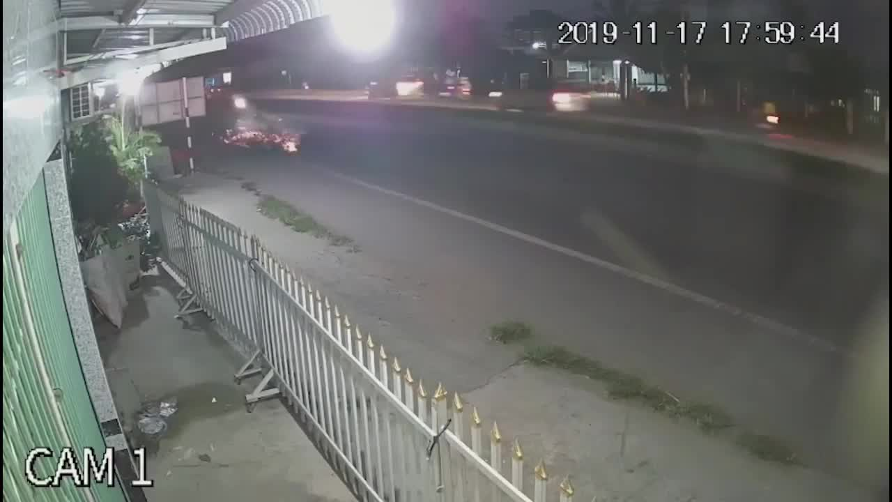 Thanh niên đâm trúng bà cụ, hình ảnh xe máy trượt dài tóe lửa khiến người ta ám ảnh
