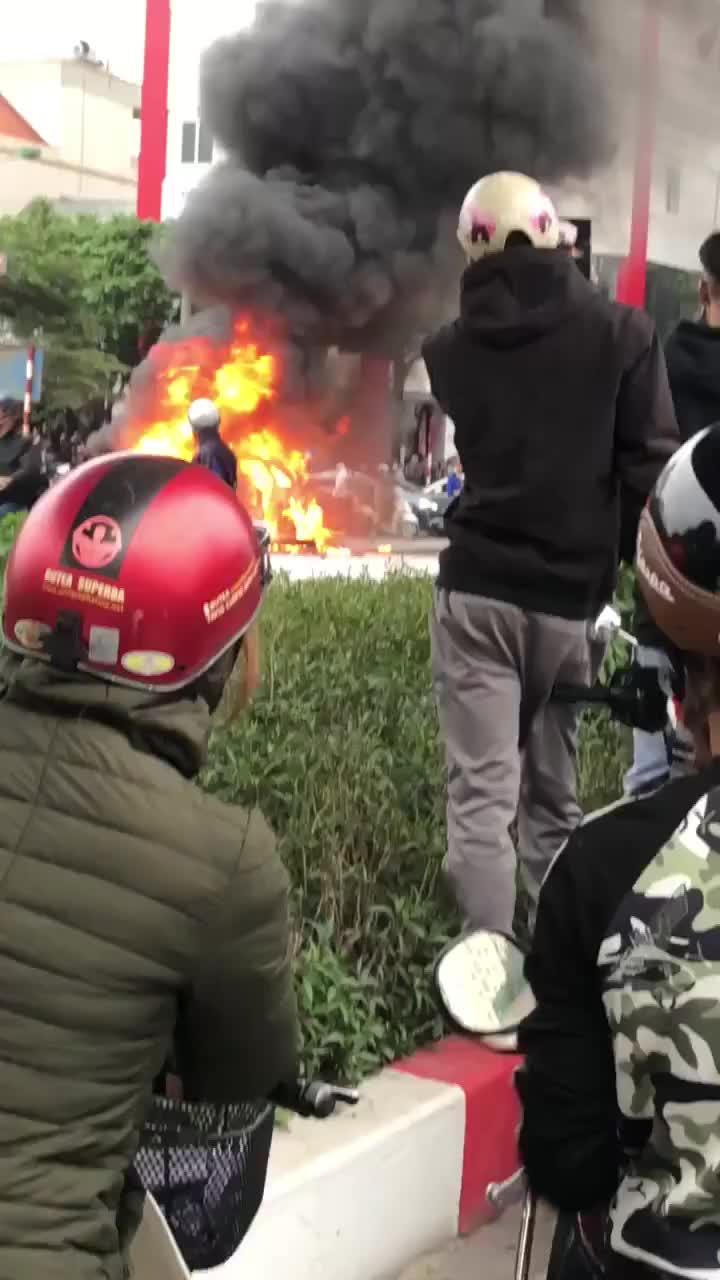Cn cảnh xe mercedes bốc cháy dữ dội trên phố hà nội sau cú đâm kinh hoàng, 1 người tử vong