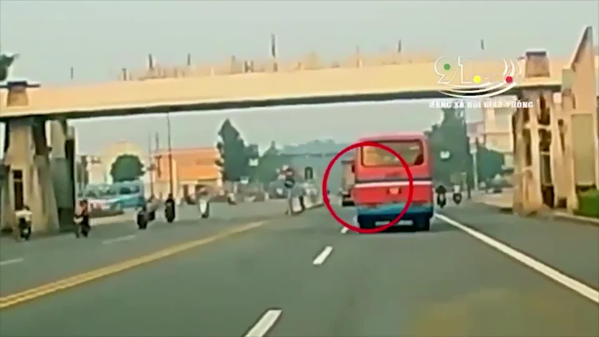 Pha tai nạn cồng kềnh giữa ngã tư và phận đời của nữ tài xế