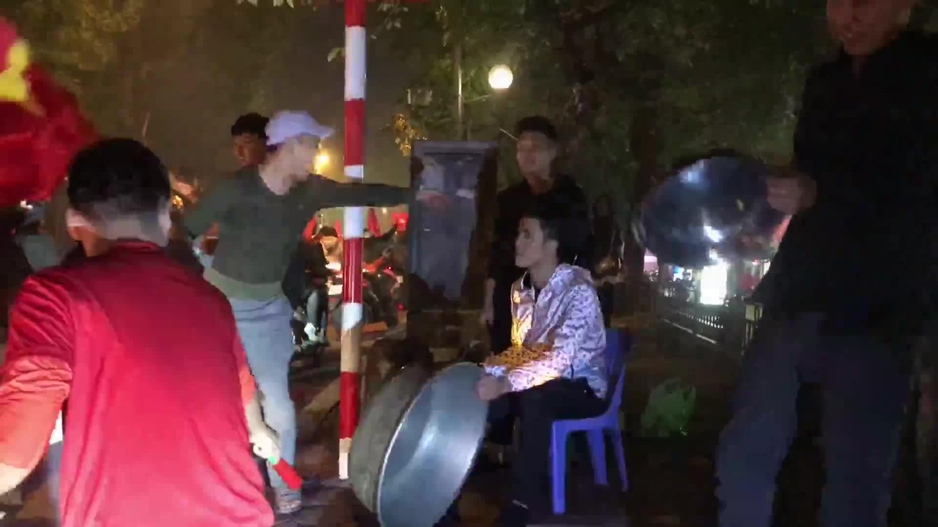 """""""Dàn nhạc sống"""" trên đường phố Hà Nội"""