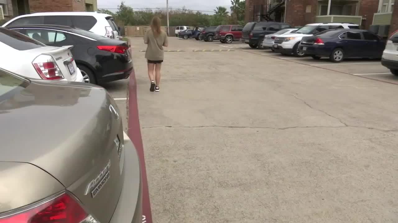 Ở hiền gặp lành, nữ bồi bàn bất ngờ được người lạ tặng Nissan Sentra