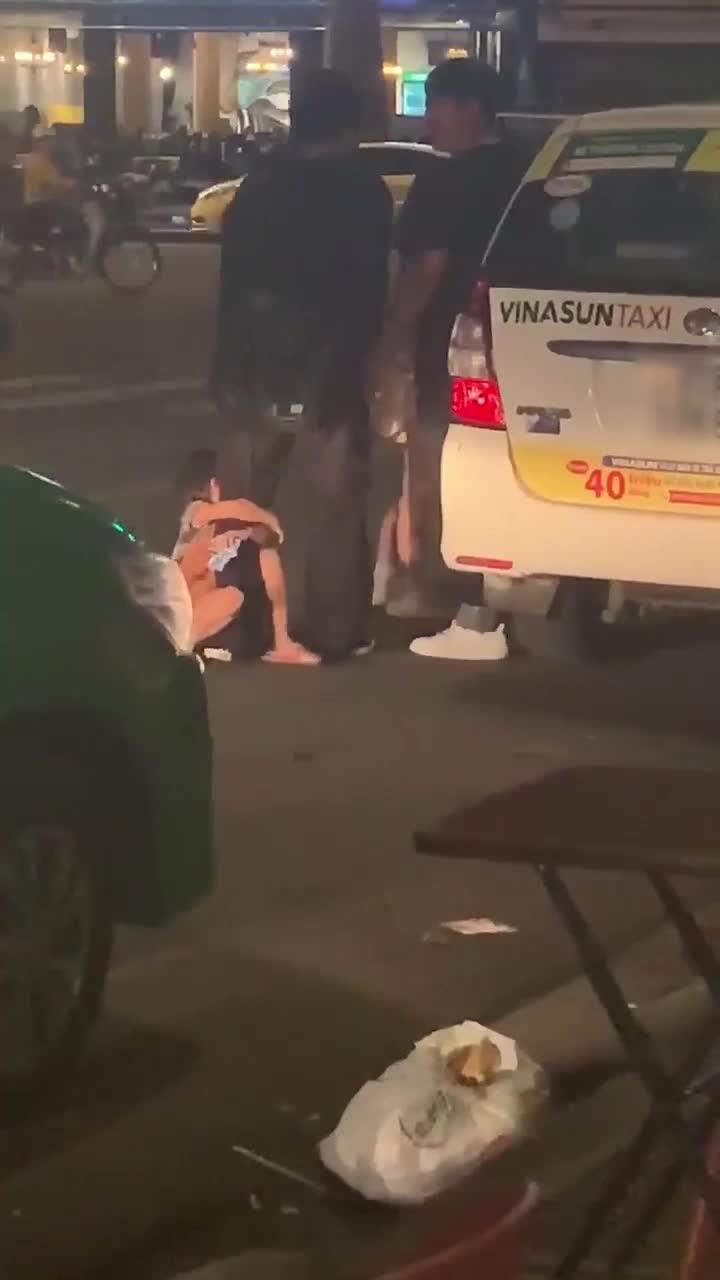 2 bé gái đánh, đá khách du lịch vì không được cho tiền, hành động cuối càng gây bất ngờ
