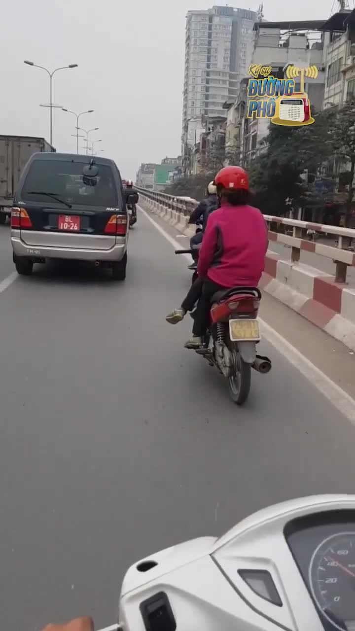 Nín thở cảnh người phụ nữ vắt chéo chân đi xe máy giữa đường, co gối lách giữa 2 ô tô như làm xiếc