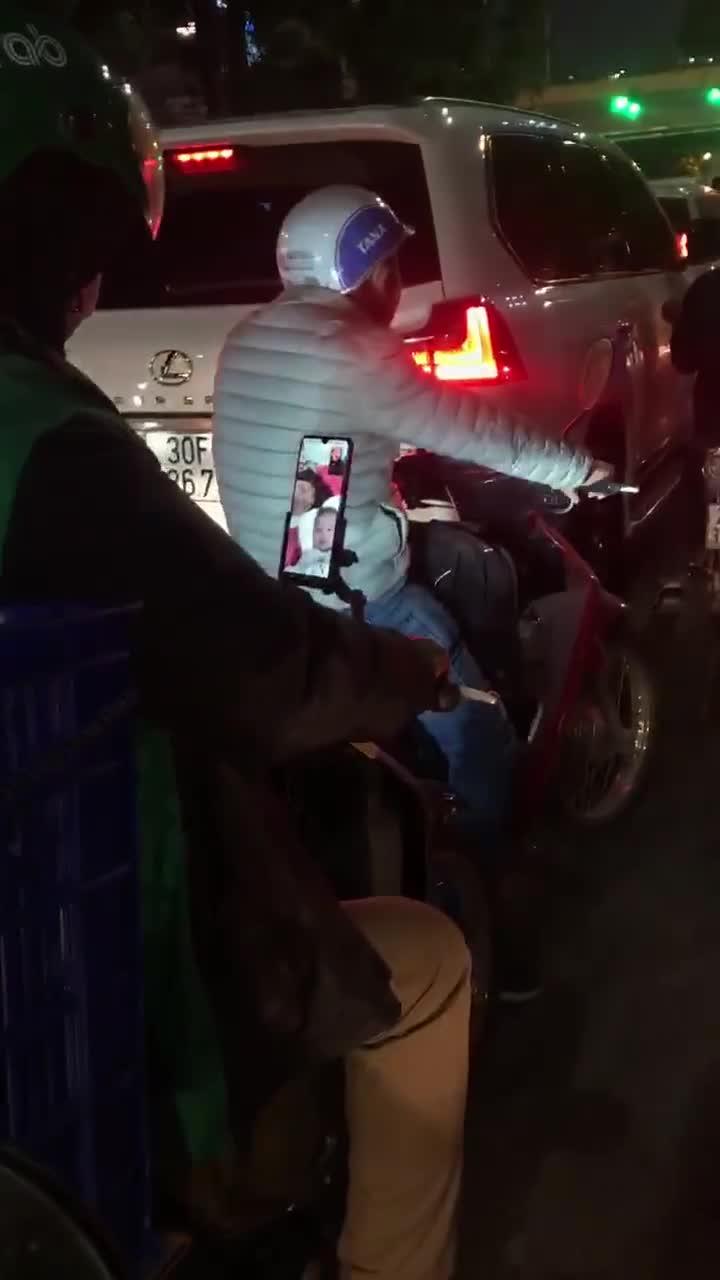 Khoảnh khắc tài xế công nghệ tranh thủ video call với vợ con lúc chờ đèn đỏ đốn tim cư dân mạng
