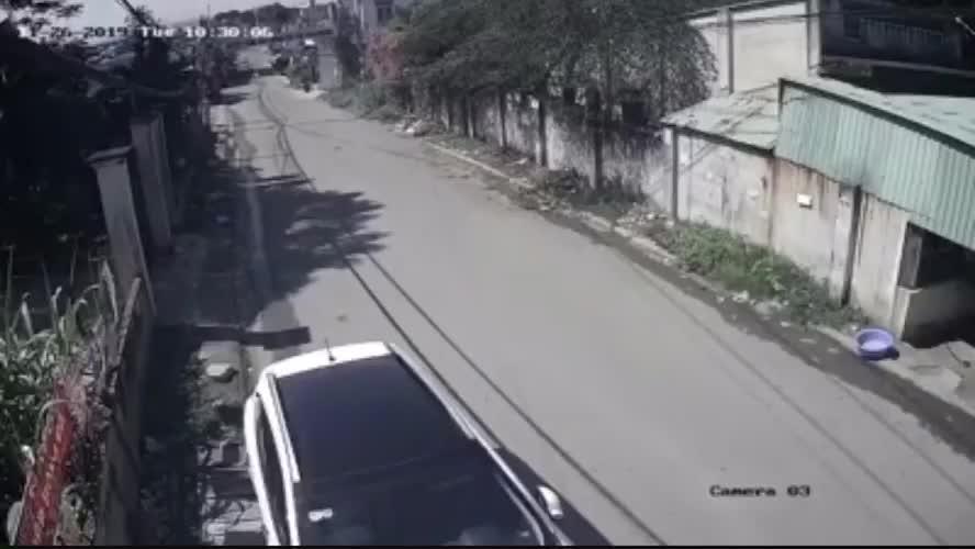 Clip ôtô 16 chỗ chở học sinh làm rớt 3 em xuống đường ở Đồng Nai