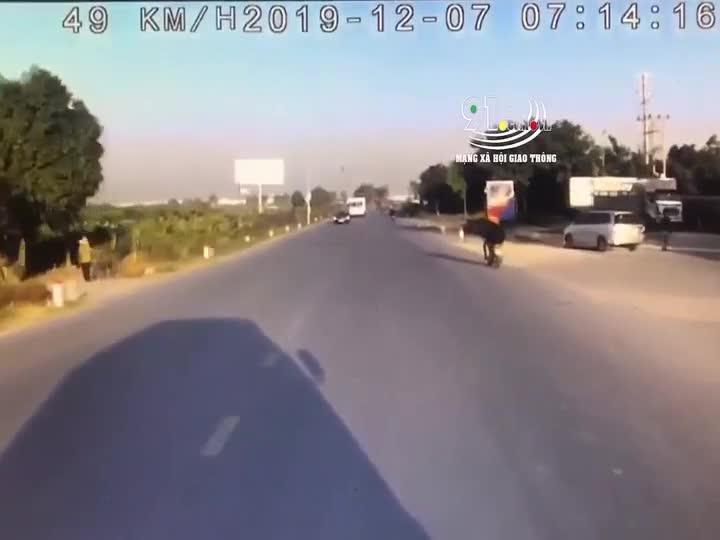 Xe tải đâm trúng thanh niên chạy xe máy băng cắt qua đường đột ngột