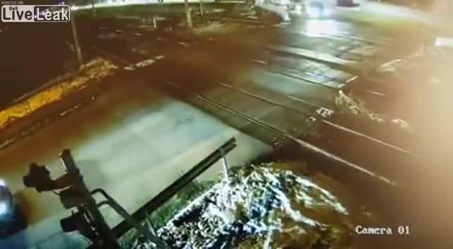 Clip: Mercedes suýt bị tàu hỏa tông