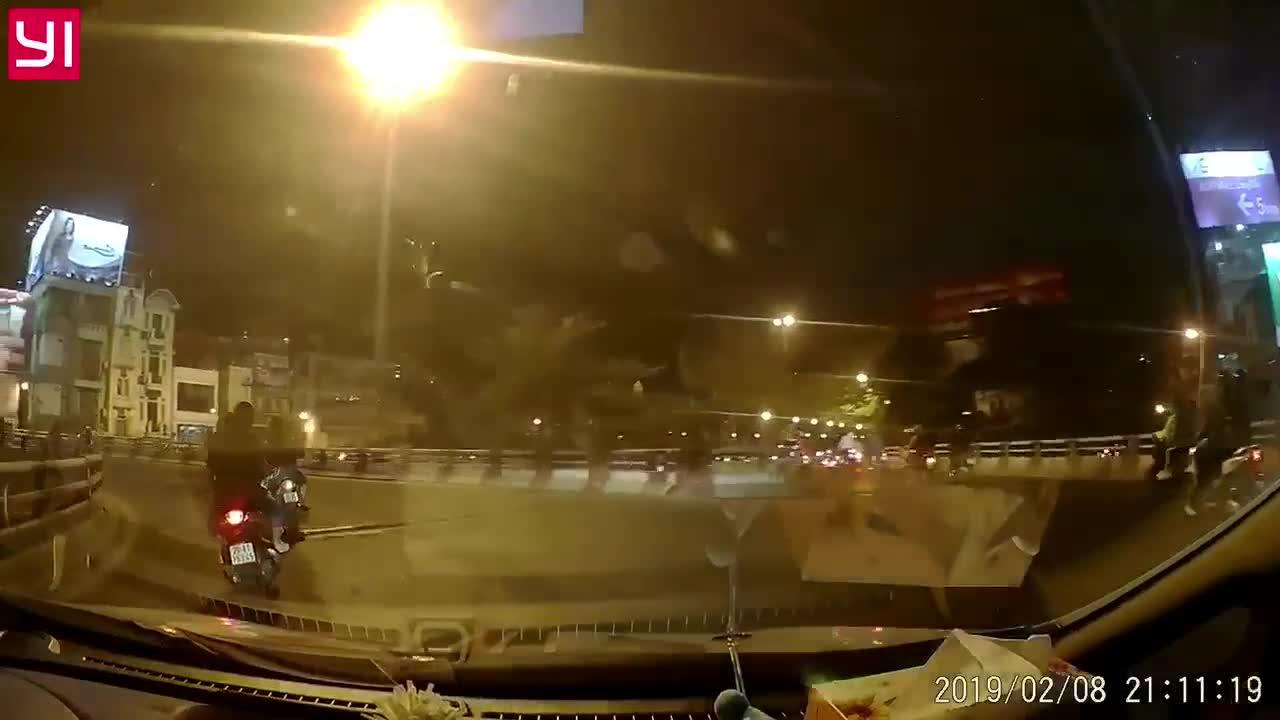 2 xe máy ngã liên tiếp, tình huống tiếp theo khiến tất cả không kịp phản ứng