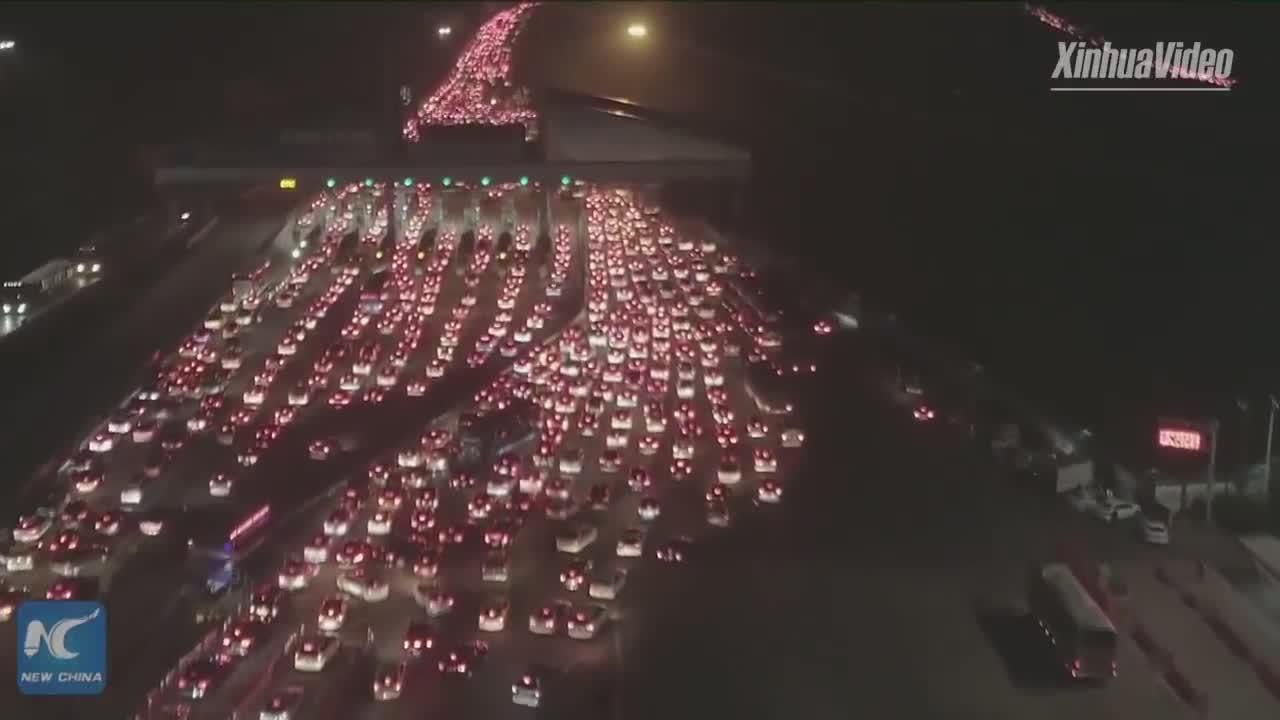 Đoàn xe tắc nghẽn hơn 5km tại Trung Quốc vào dịp năm mới