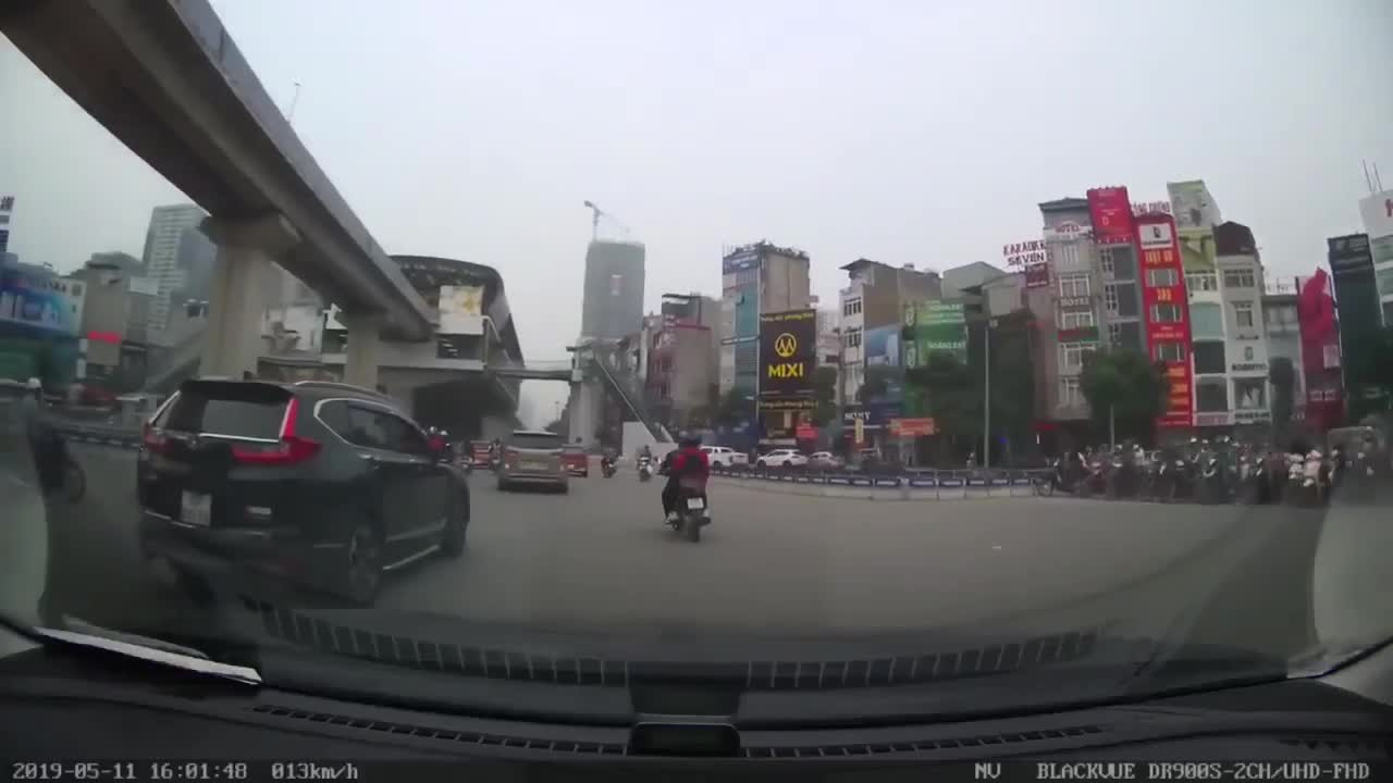 Thanh niên đạp chân lên ca pô ô tô, hất mặt: 'Cảm thấy đâm được, đâm đi!'